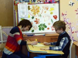 Дети рисуют в инклюзивной школе