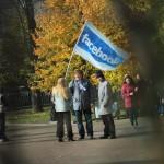 На митинг в поддержку выборов КС пришли люди с флагом Facebook'a