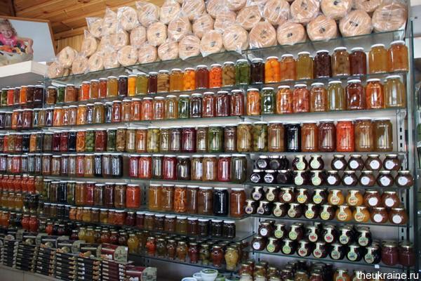 Банки с вареньями в магазине на Кипре