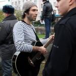 Музыкант с гитарой на митинге антифашистов
