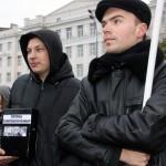 Люди собирают деньги на митинге антифашистов