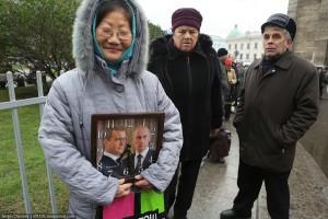Женщина на крестном ходу в Петербурге