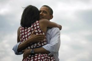 Барак Обама обнимает жену Мишель