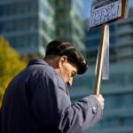 Мужчина с транспорантом на митинге в поддержку выборов КС