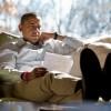 Барак Обама читает документ