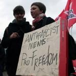 Женщина с плакатом на митинге антифашистов